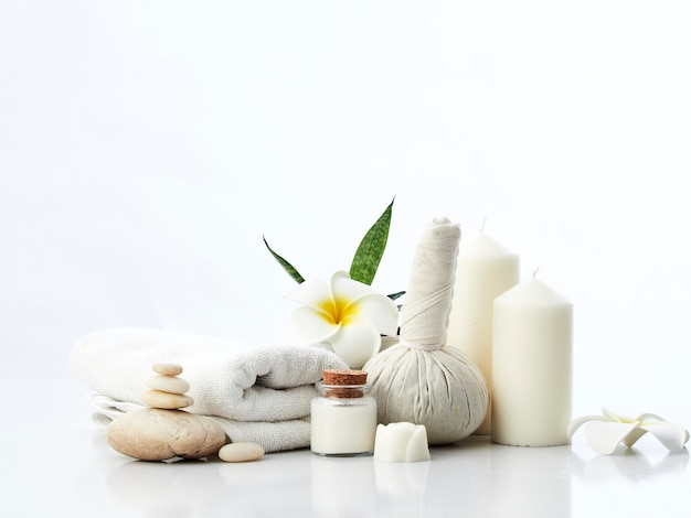 Spa massage concept, impacco alle erbe, crema, sapone ai fiori, candela profumata
