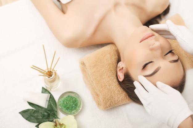 Spa, massaggio viso, cura della pelle e del corpo spa