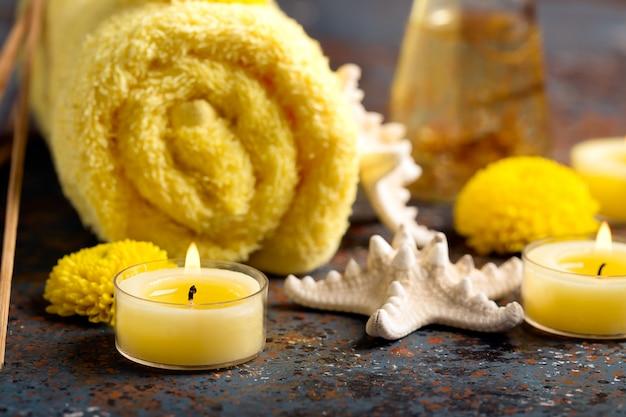Spa natura morta con asciugamano, candele