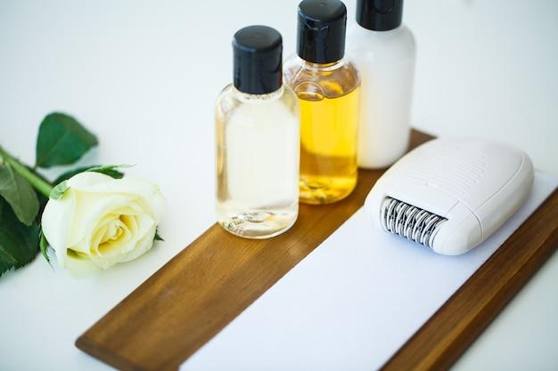 Spa natura morta con fiori di rosa bianca e olii essenziali