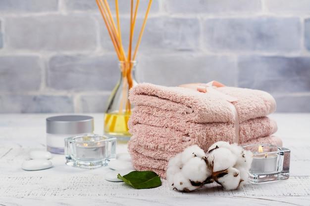 Spa o concetto di benessere con asciugamani di cotone