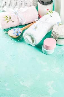 Spa relax e concetto di bagno, sale marino, sapone, con cosmetici e asciugamani