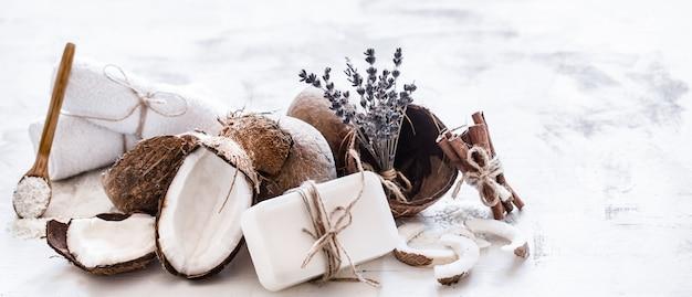 Spa still life di cosmetici biologici con noci di cocco
