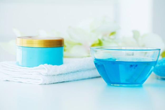 Spa. trattamento di bellezza al sale da bagno blu