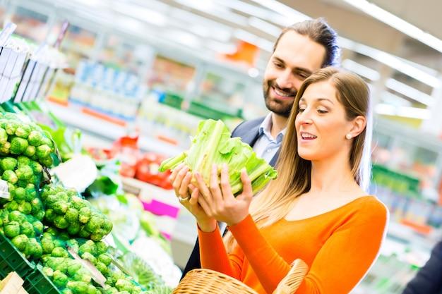 Spaccio alimentare delle coppie in supermercato