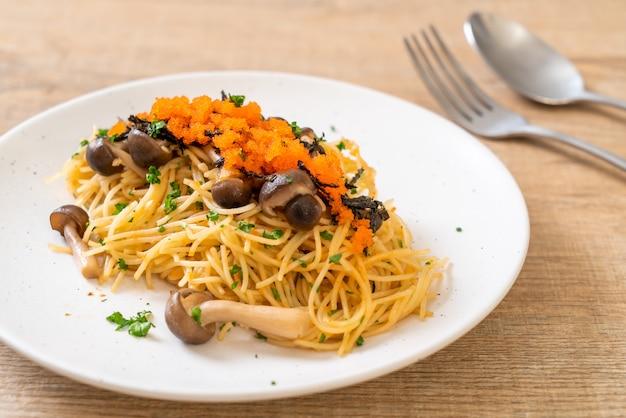 Spaghetti ai funghi, uovo di gamberetti e alghe