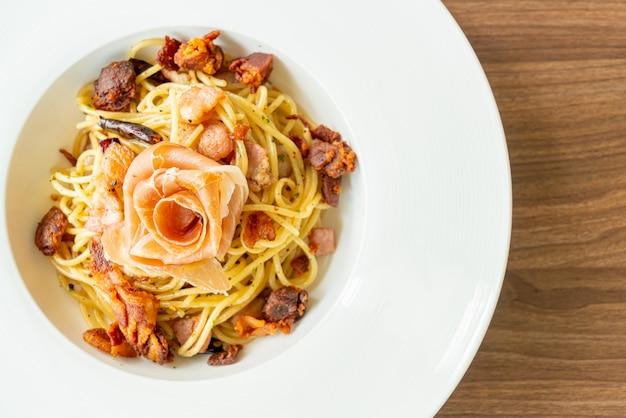 Spaghetti al peperoncino, olio d'oliva e pancetta prosciutto, stile italiano