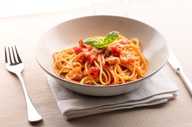 Spaghetti all 'amatriciana della regione lazio