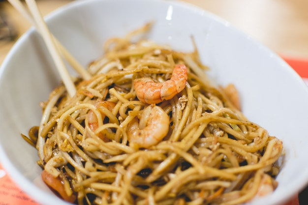 Spaghetti all'uovo piccanti con gamberetti