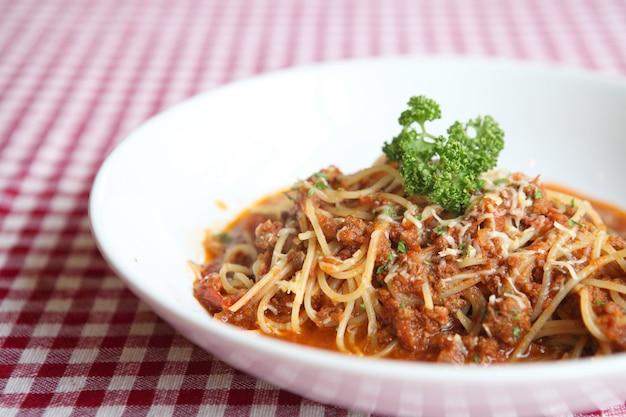 Spaghetti alla bolognese con formaggio