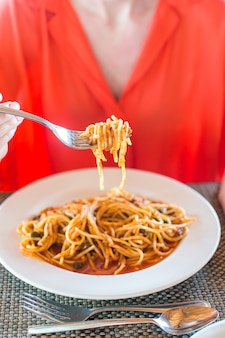 Spaghetti alla bolognese nel piatto bianco.
