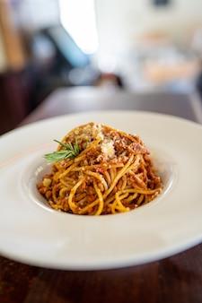Spaghetti alla bolognese servito su un piatto bianco