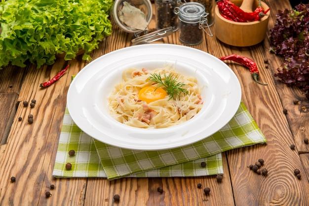 Spaghetti alla carbonara. cibo bello e gustoso su un piatto