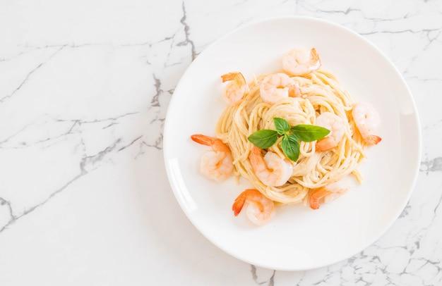 Spaghetti alla crema di formaggio bianco con gamberetti