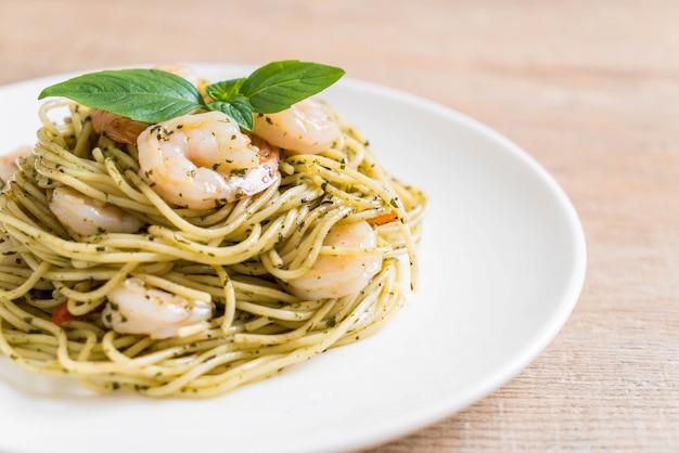 Spaghetti alla pasta con pesto verde e gamberetti
