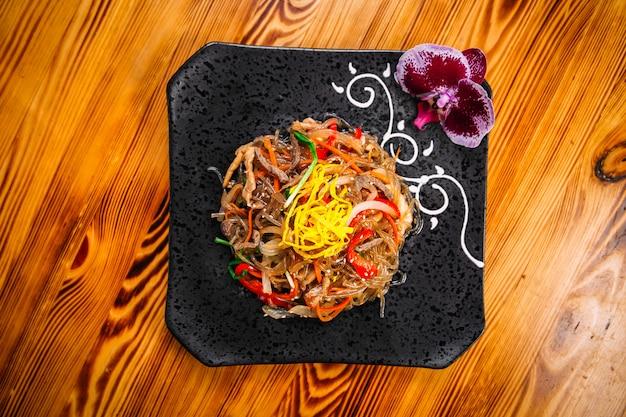 Spaghetti asiatici funchoza piatto con verdure di manzo