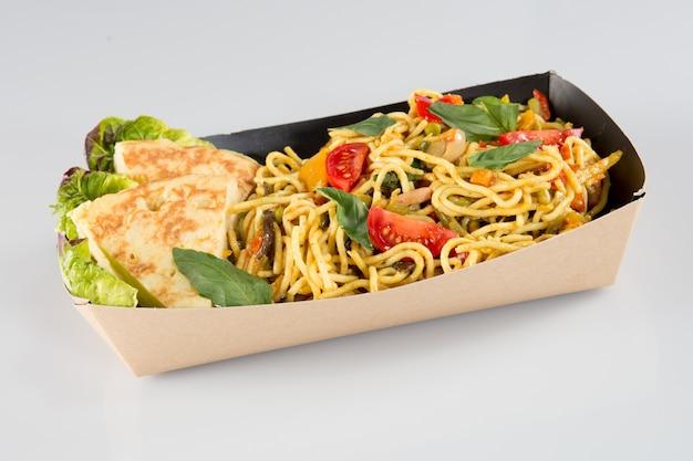 Spaghetti cinesi in scatola di cartone