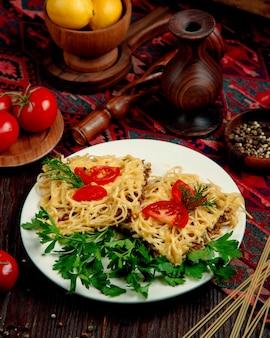 Spaghetti con carne ripiena in salsa e pomodori alle erbe