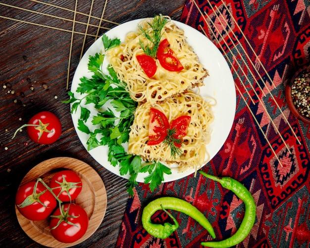 Spaghetti con carne ripiena in salsa