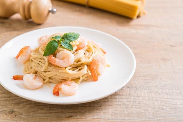 Spaghetti con crema di formaggio bianco besciamella con gamberi