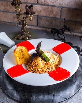 Spaghetti con crostino di pane sul tavolo