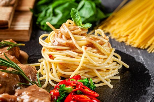 Spaghetti con gulasch di carne di vitello