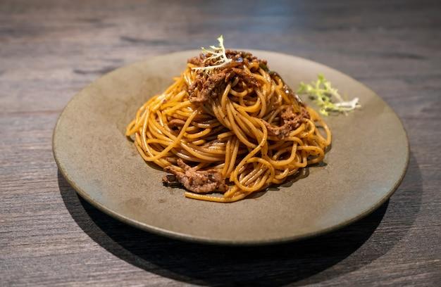Spaghetti con manzo e pepe nero