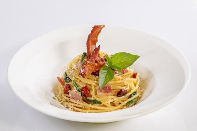 Spaghetti con peperoncino secco e pancetta