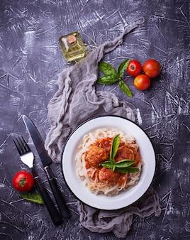 Spaghetti con polpette di carne e salsa di pomodoro.