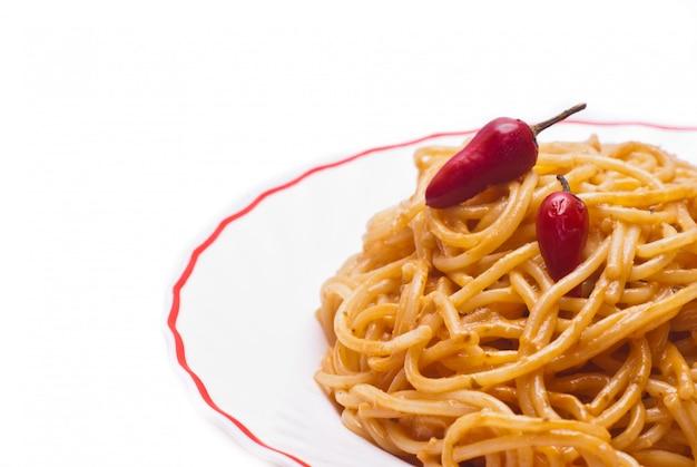 Spaghetti con pomodoro e peperoncini roventi