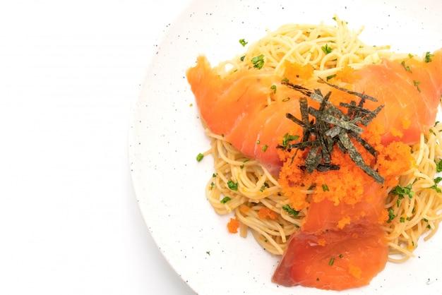 Spaghetti con salmone affumicato e gamberi all'uovo