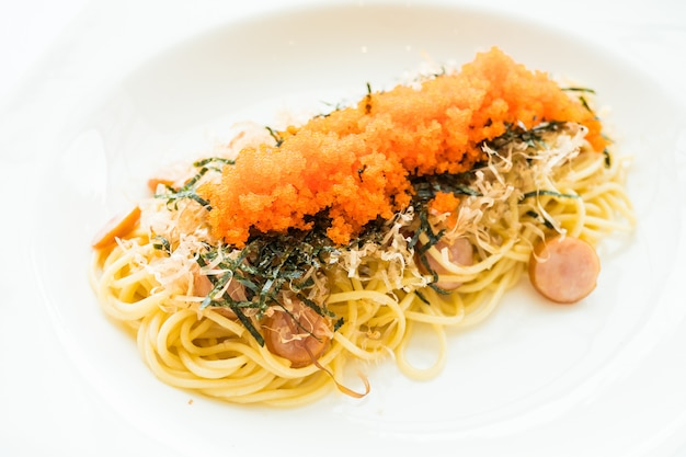 Spaghetti con salsiccia, uovo di gamberetti, alghe, calamaro secco in cima
