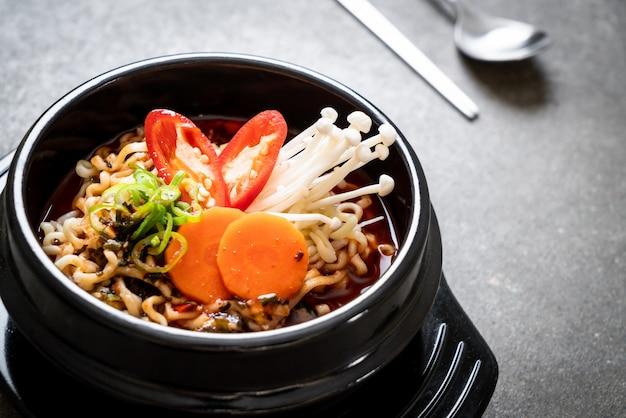 Spaghetti coreani istantanei in ciotola nera