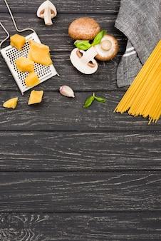 Spaghetti deliziosi con funghi e copia-spazio