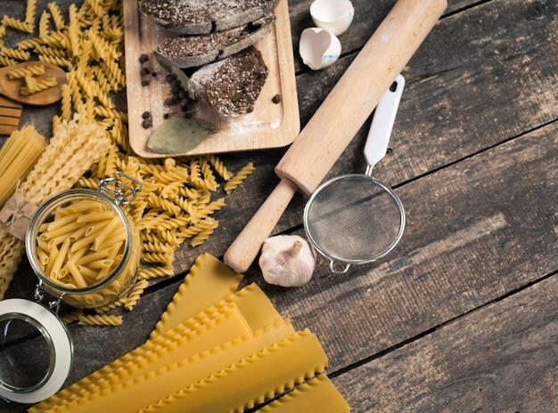 Spaghetti della pasta con farina e l'uovo su vecchio legno