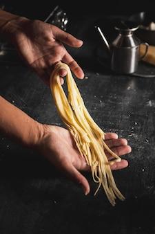 Spaghetti della tenuta della persona del primo piano