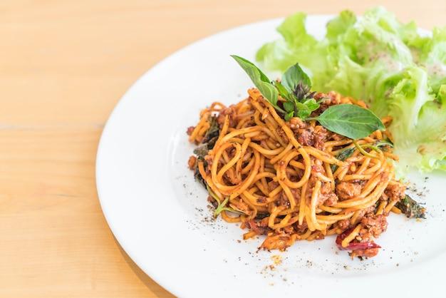 Spaghetti di maiale con salsa di pomodoro