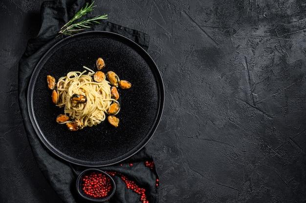 Spaghetti di pasta con cozze, salsa di pomodoro, frutti di mare sfondo pasto