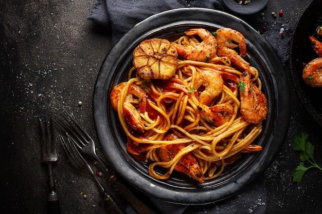 Spaghetti di pasta con gamberi e salsa