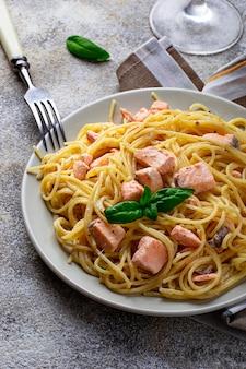 Spaghetti di pasta con salmone e basilico