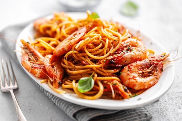 Spaghetti di pasta con salsa di pomodoro e gamberi