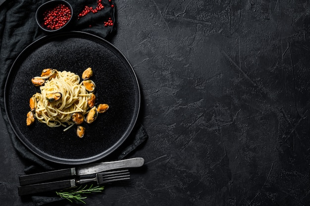 Spaghetti di pasta fatta in casa con cozze, salsa di pomodoro