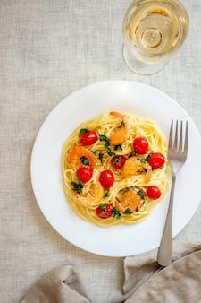 Spaghetti di pasta italiana con gamberi e pomodori. cucina nazionale.
