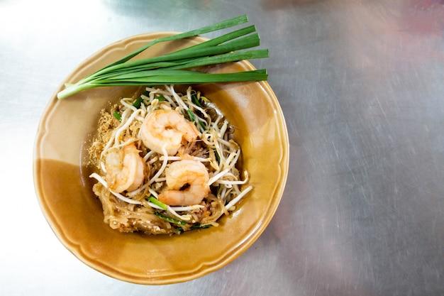 Spaghetti di riso con gamberi e verdure