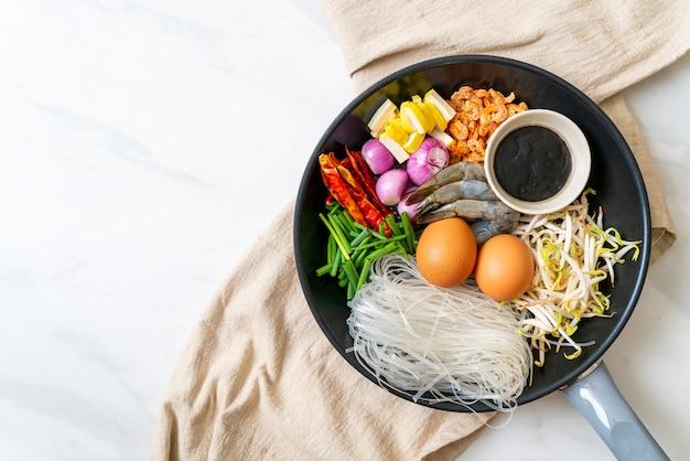 Spaghetti di riso con ingredienti in padella