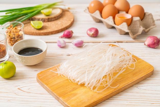 Spaghetti di riso con ingredienti