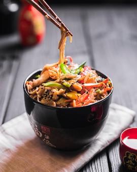 Spaghetti di riso con pollo e verdure