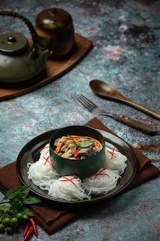 Spaghetti di riso, pollo al curry verde, alimento tailandese di latte di cocco.