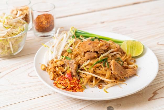 Spaghetti di riso saltati in padella con carne di maiale in stile asiatico