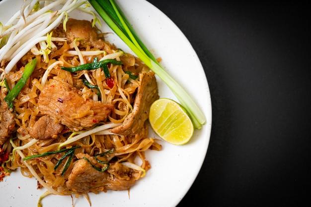 Spaghetti di riso saltati in padella con carne di maiale